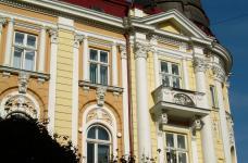 Фасад оформлений гіпсовою ліпниною в Івано-Франківську